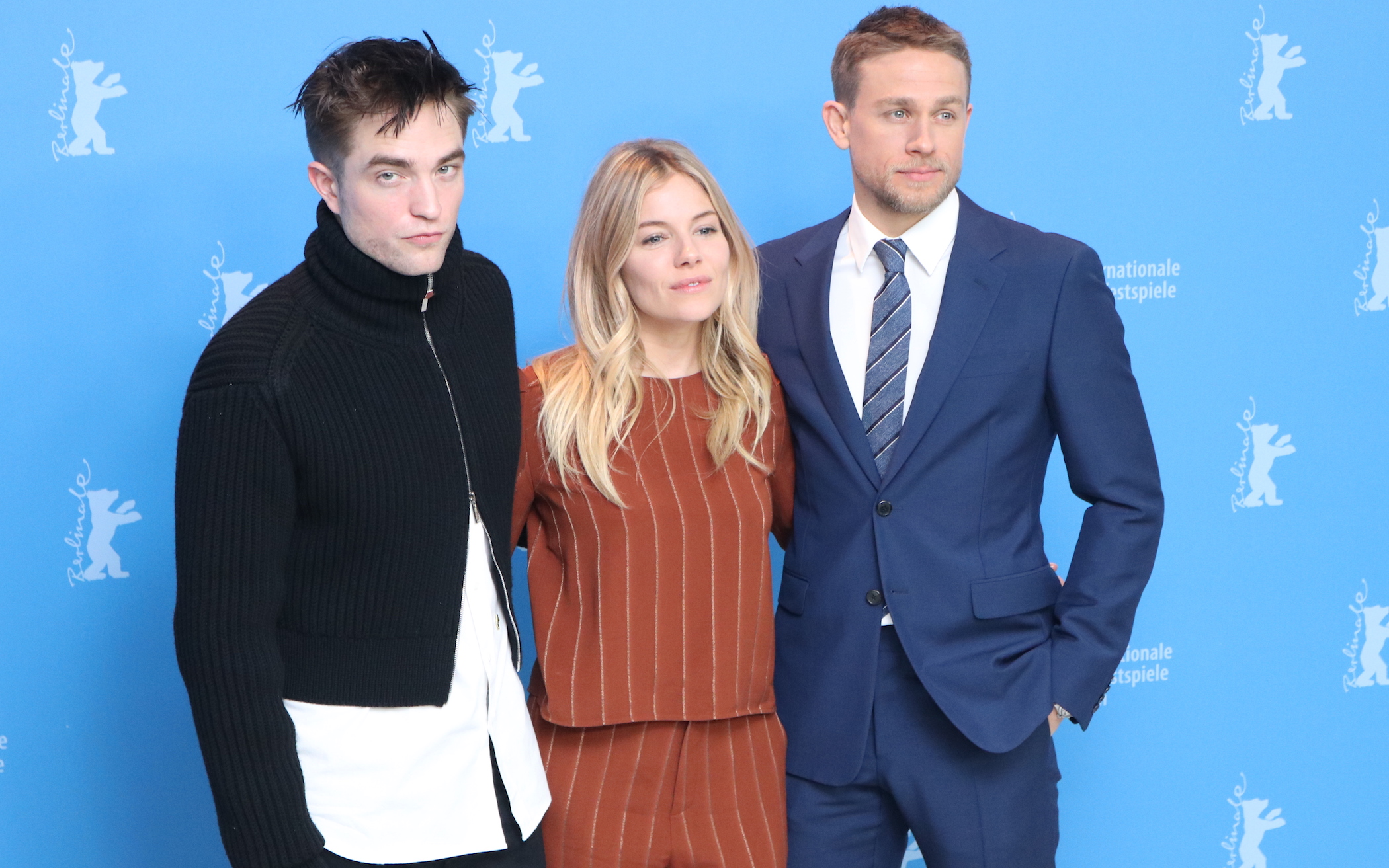 Berlino 2017: Robert Pattinson, Sienna Miller e Charlie Hunnam al photocall di Z - la città perduta