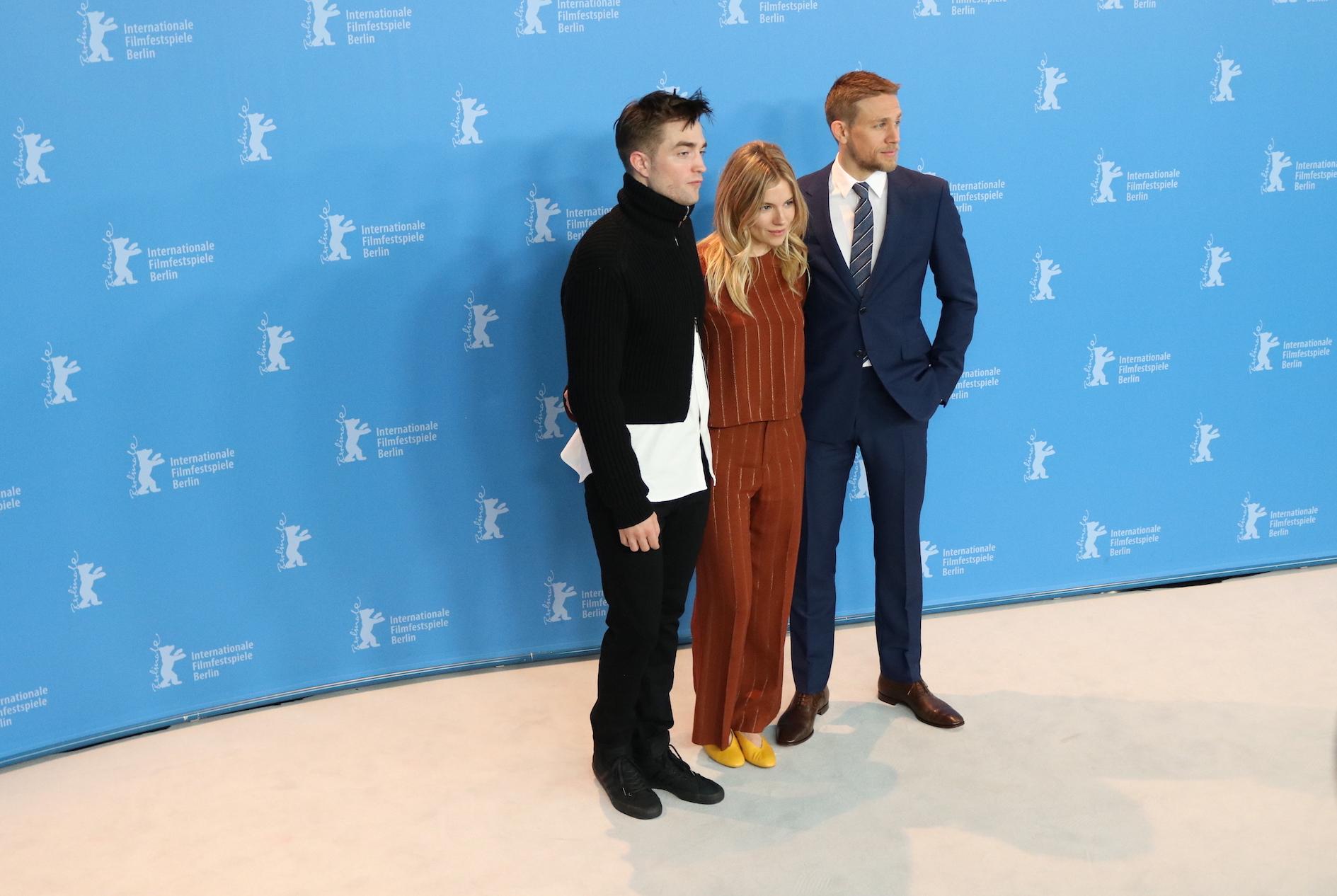 Berlino 2017: Robert Pattinson, Sienna Miller e Charlie Hunnam davanti ai fotogradi per Z - la città perduta