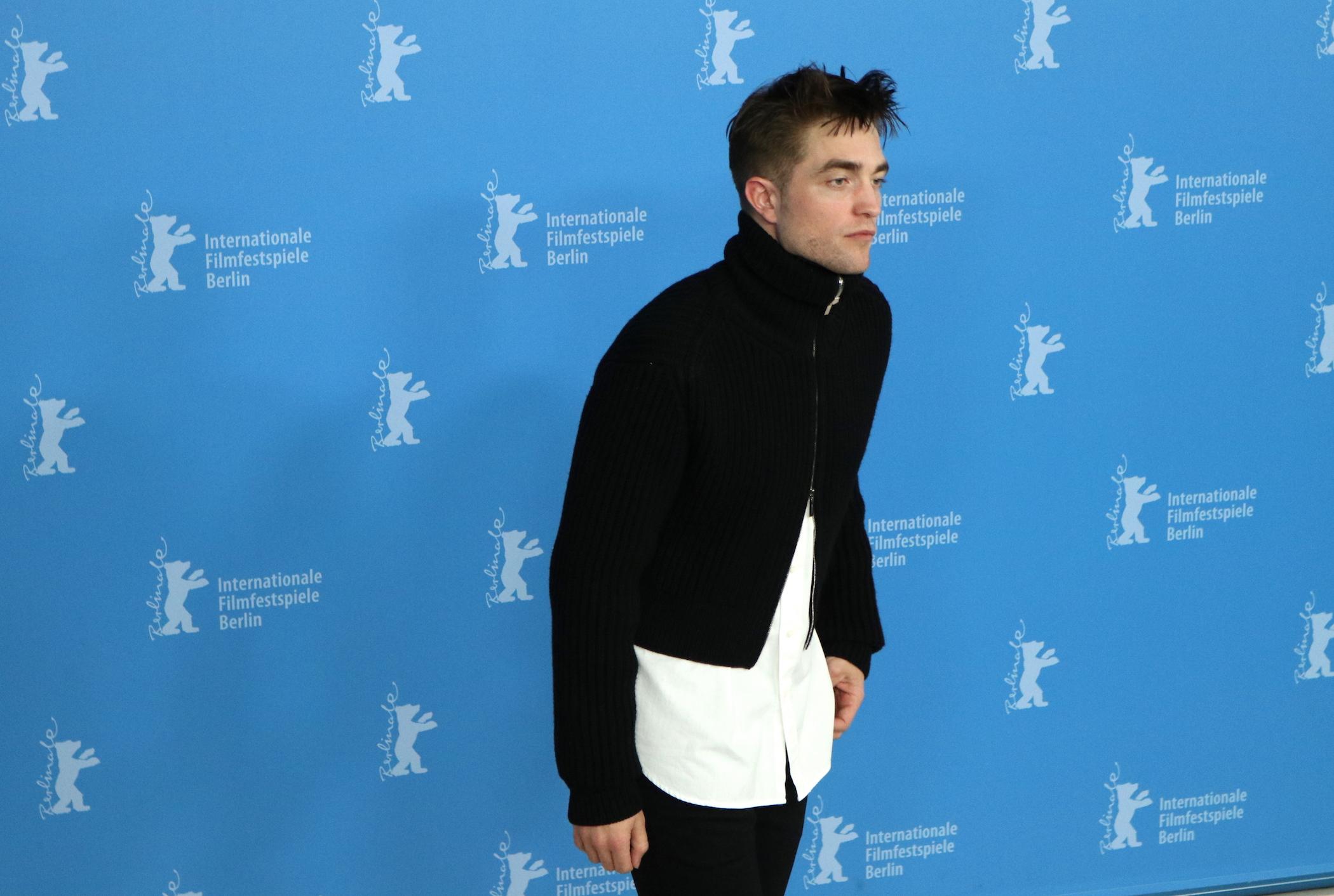 Berlino 2017: Robert Pattinson davanti ai fotografi al photocall di Z - la città perduta