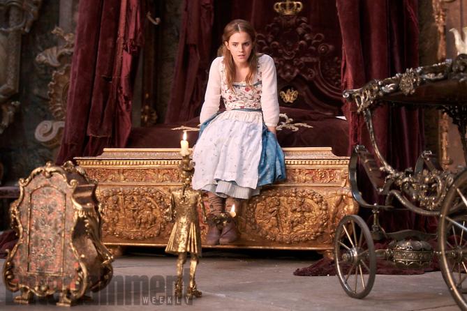 La Bella e la Bestia: Belle parla con Lumière e Tockins in una foto del film