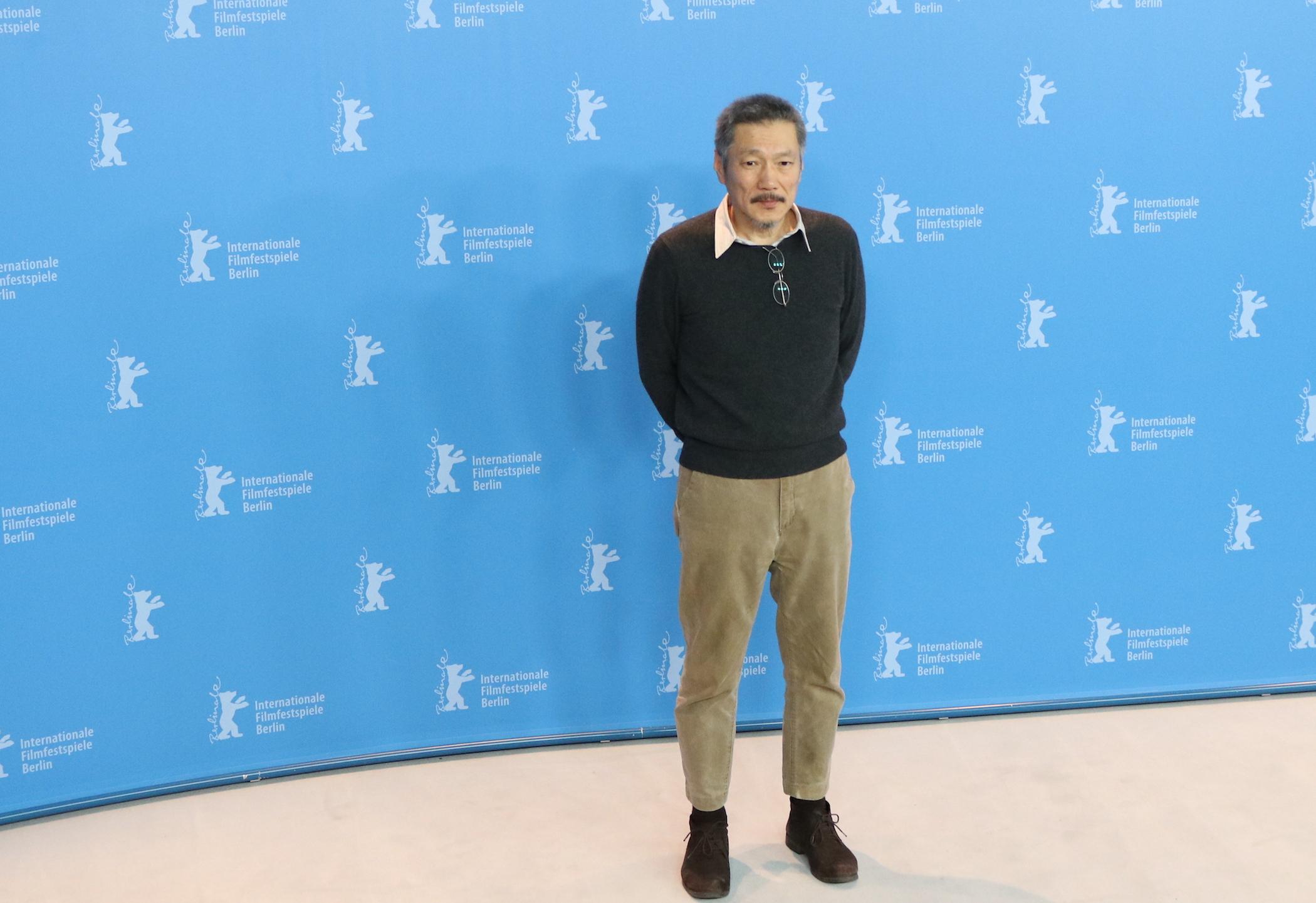 Berlino 2017: Hong Sangsoo al photocall di On the Beach at Night Alone