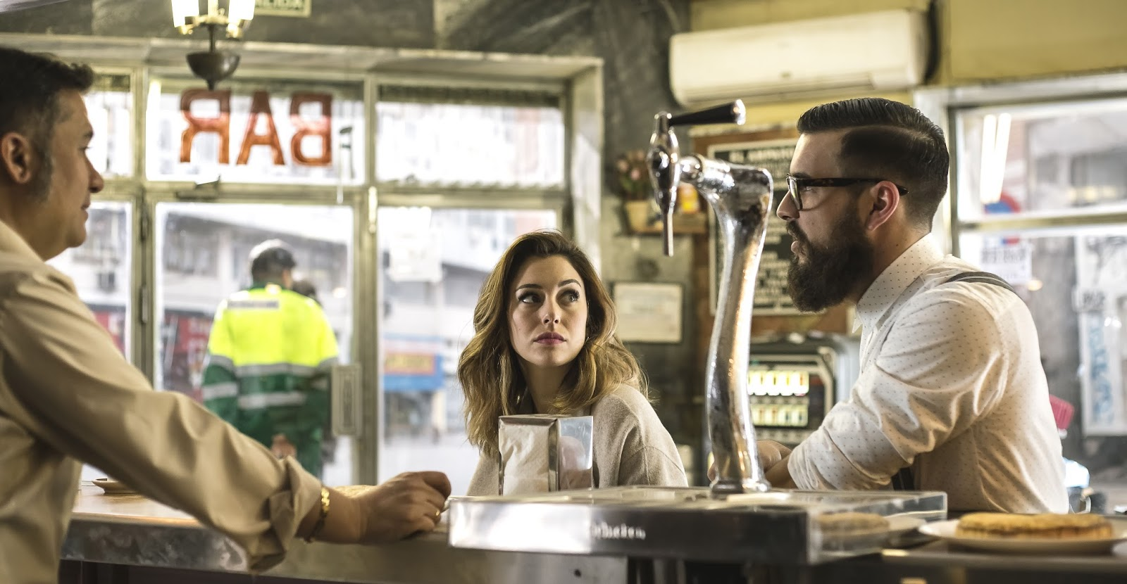 The Bar: Mario Casas e Blanca Suarez in una scena