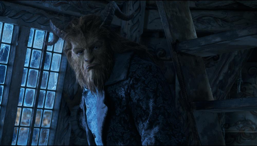 La Bella e la Bestia: Dan Stevens nei panni della Bestia in una scena del film