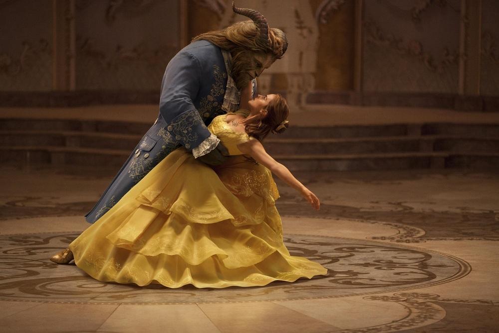La Bella e la Bestia: Emma Watson e Dan Stevens danzano in una scena del film