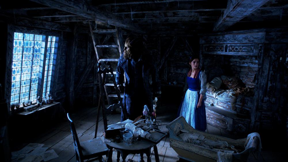 La Bella e la Bestia: Emma Watson e Dan Stevens in una scena del film