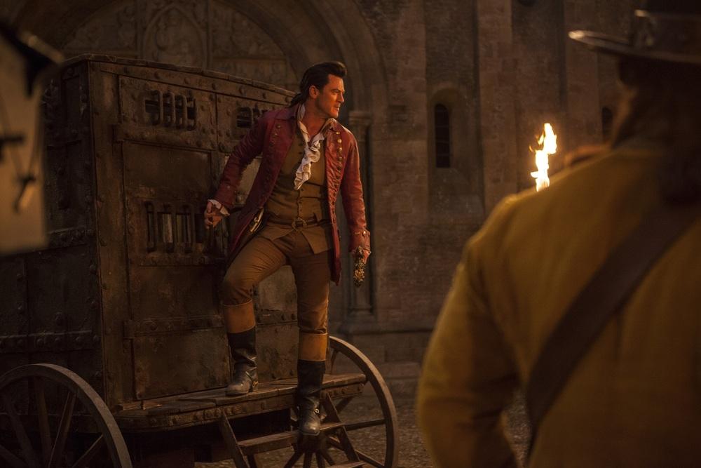 La Bella e la Bestia: Luke Evans in una scena del film