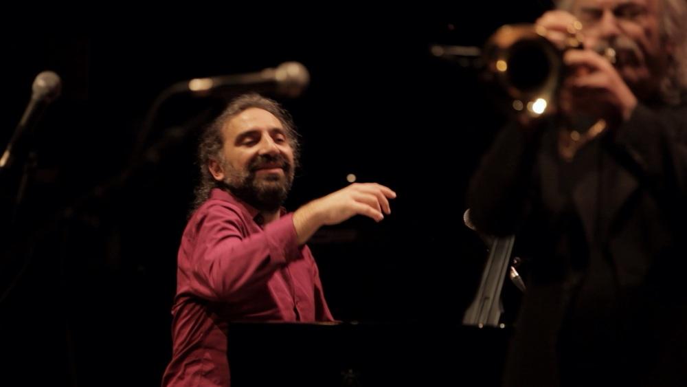 Enrico Rava. Note necessarie: Stefano Bollani e Rava in un'immagine del documentario