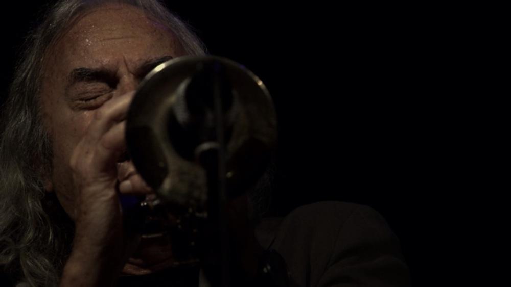 Enrico Rava. Note necessarie: Rava intento a suonare la tromba in un momento del documentario