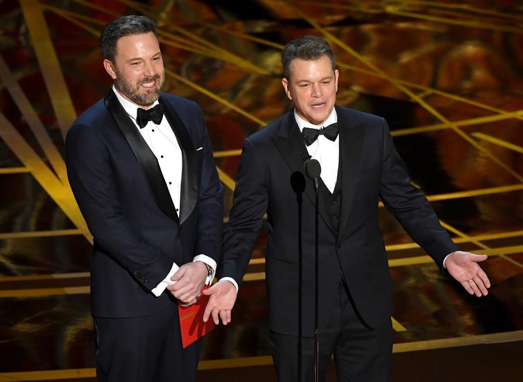 Oscar 2017: Matt Damon con Ben Affleck sul palco