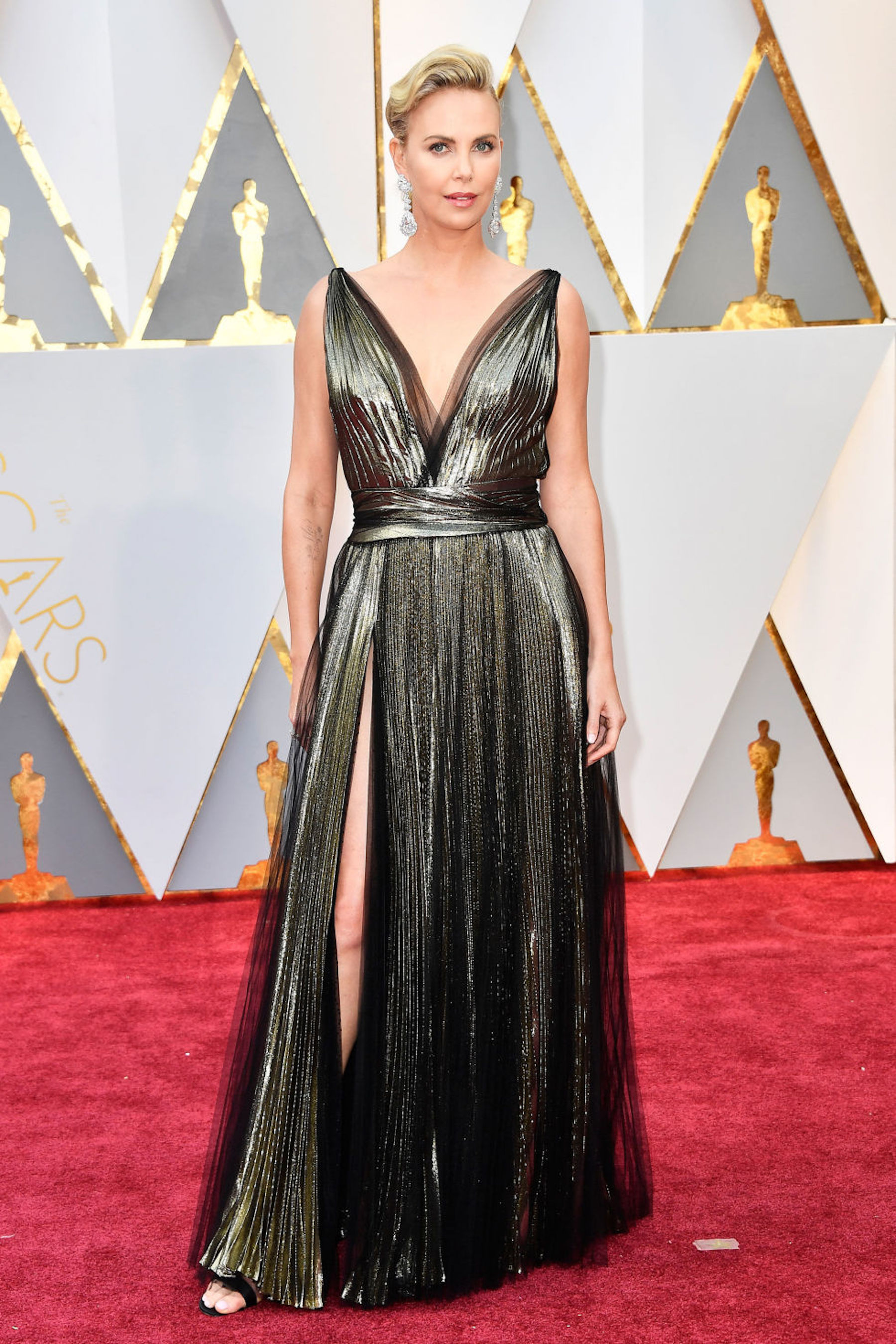 Oscar 2017: Charlize Theron sul red carpet