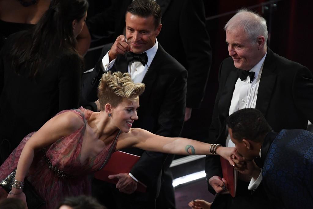 Oscar 2017: un elegante baciamano per Terrence Howard e Scarlett Johansson