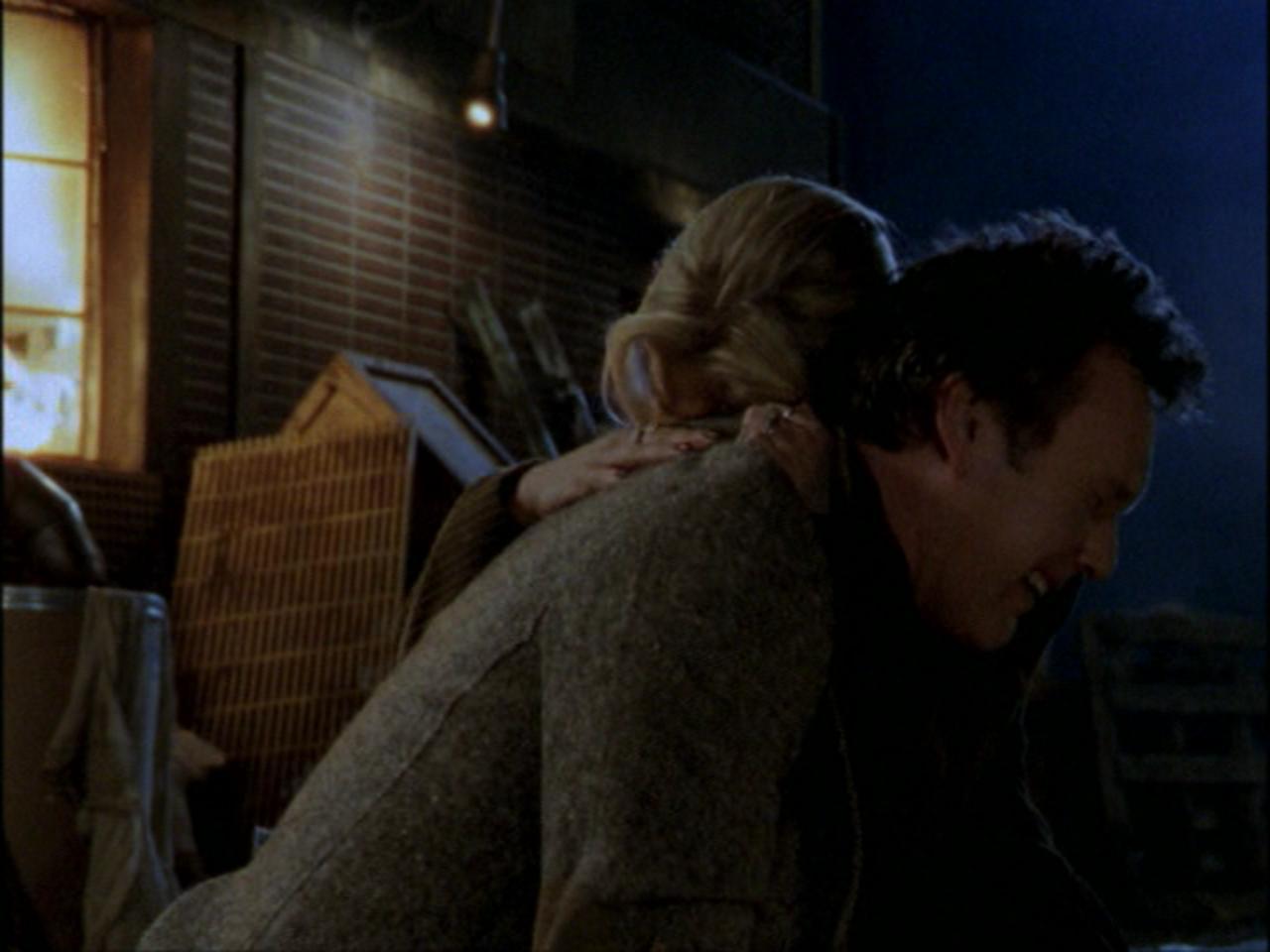 Buffy the Vampire Slayer: Anthony Head e Sarah Michelle Gellar in una scena dell'episodio Passion