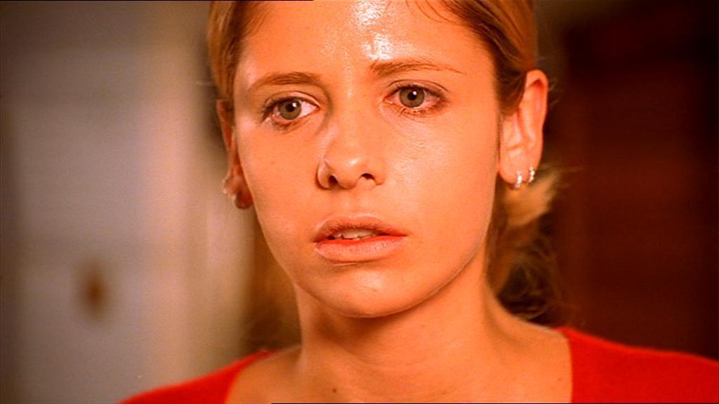 Buffy the Vampire Slayer: un primo piano di Sarah Michelle Gellar nel drammatico episodio Un corpo freddo
