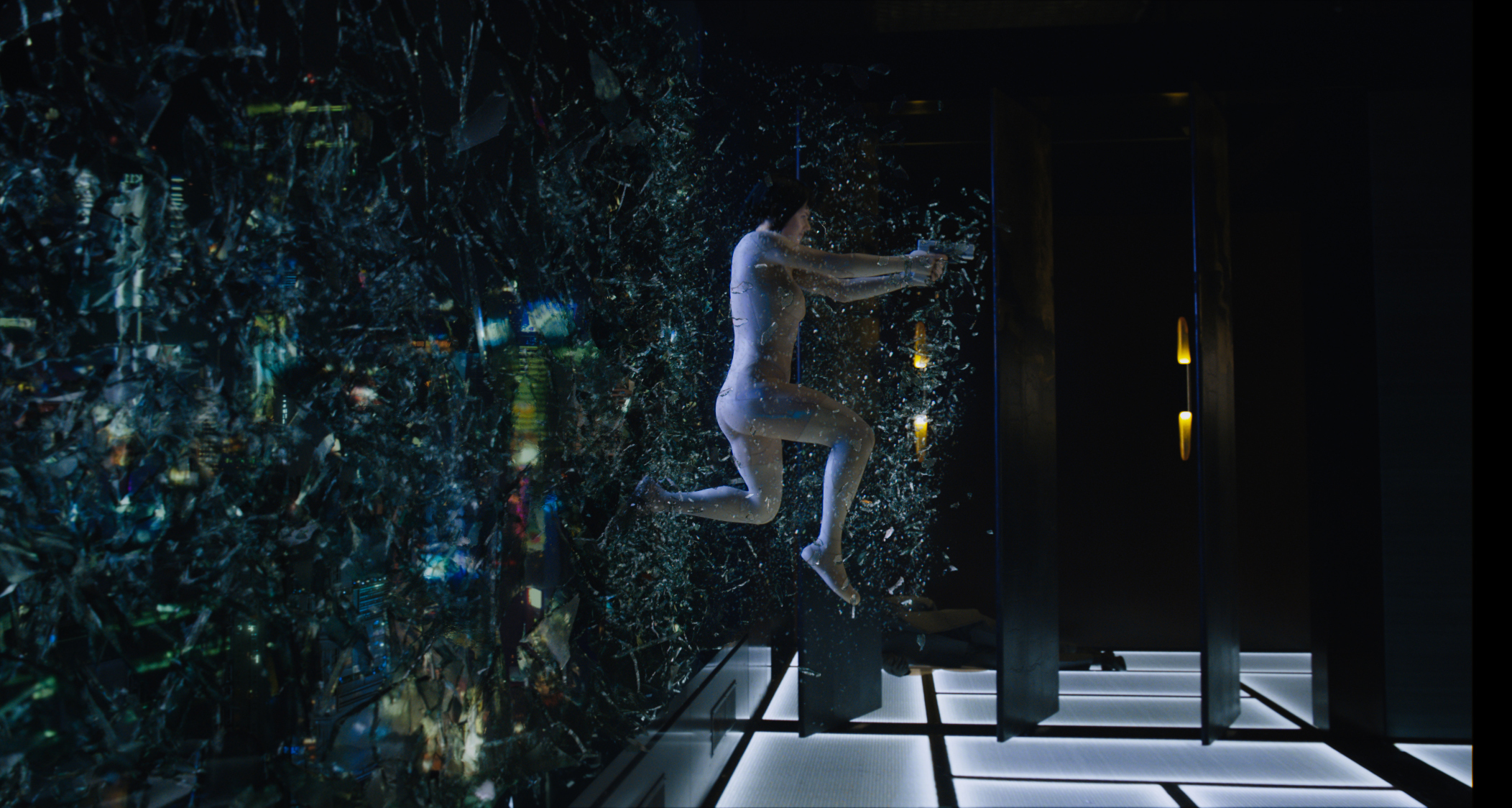 Ghost in the Shell: Scarlett Johansson in una scena d'azione del film