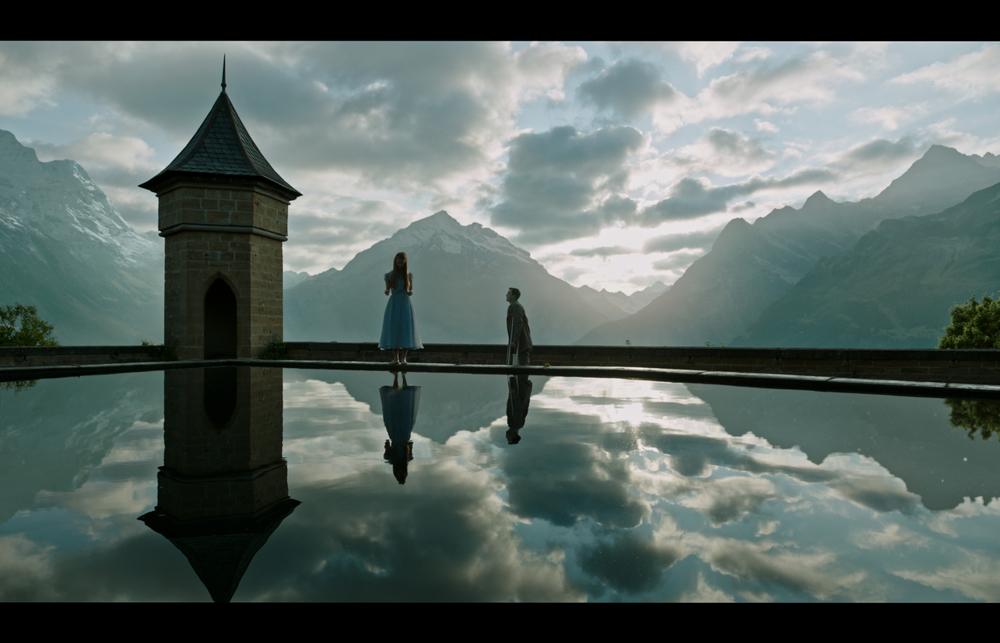 La cura dal benessere: Mia Goth e Dane DeHaan in una scena del film