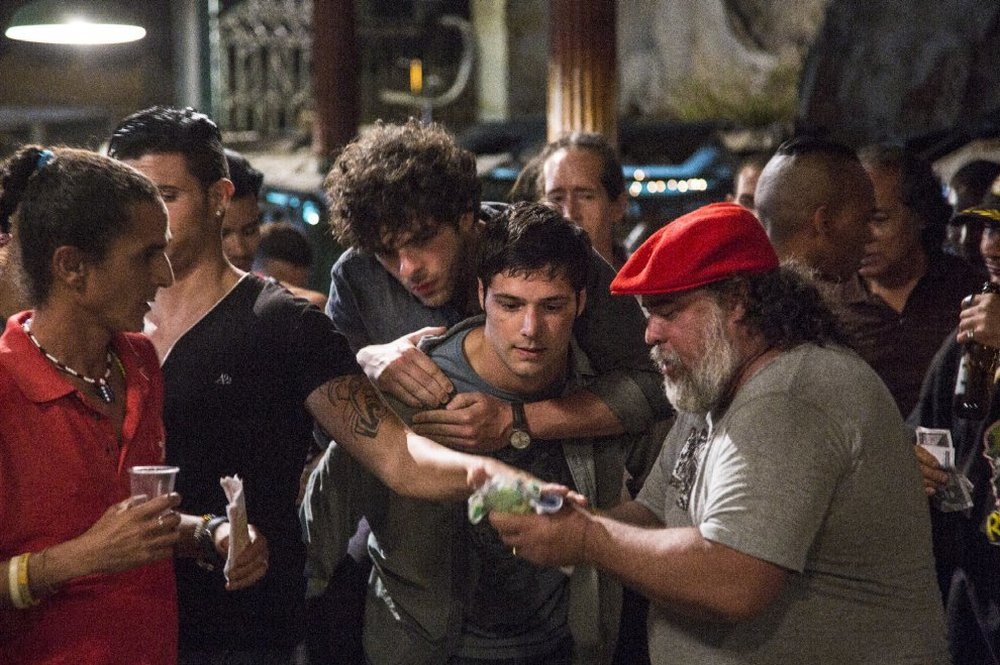 Non è un paese per giovani: Filippo Scicchitano e Giovanni Anzaldo in una scena del film