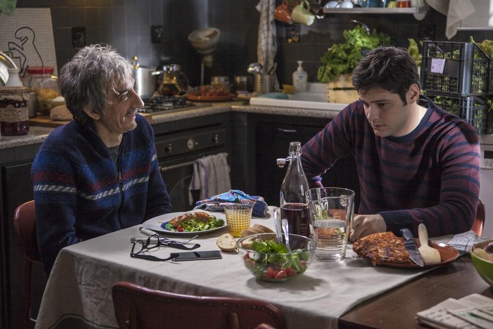 Non è un paese per giovani: Sergio Rubini e Filippo Scicchitano in una scena del film