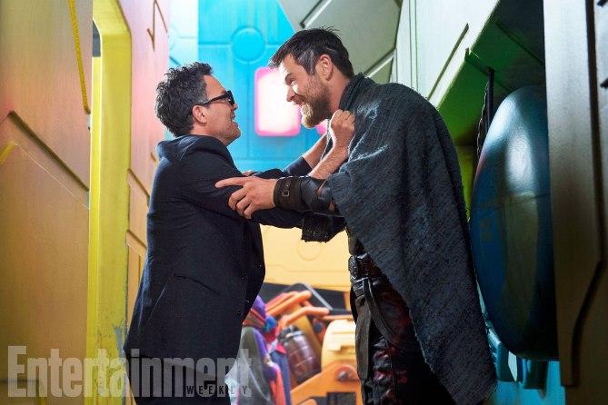 Thor: Ragnarok - Mark Ruffalo e Chris Hemsworth in una foto del film
