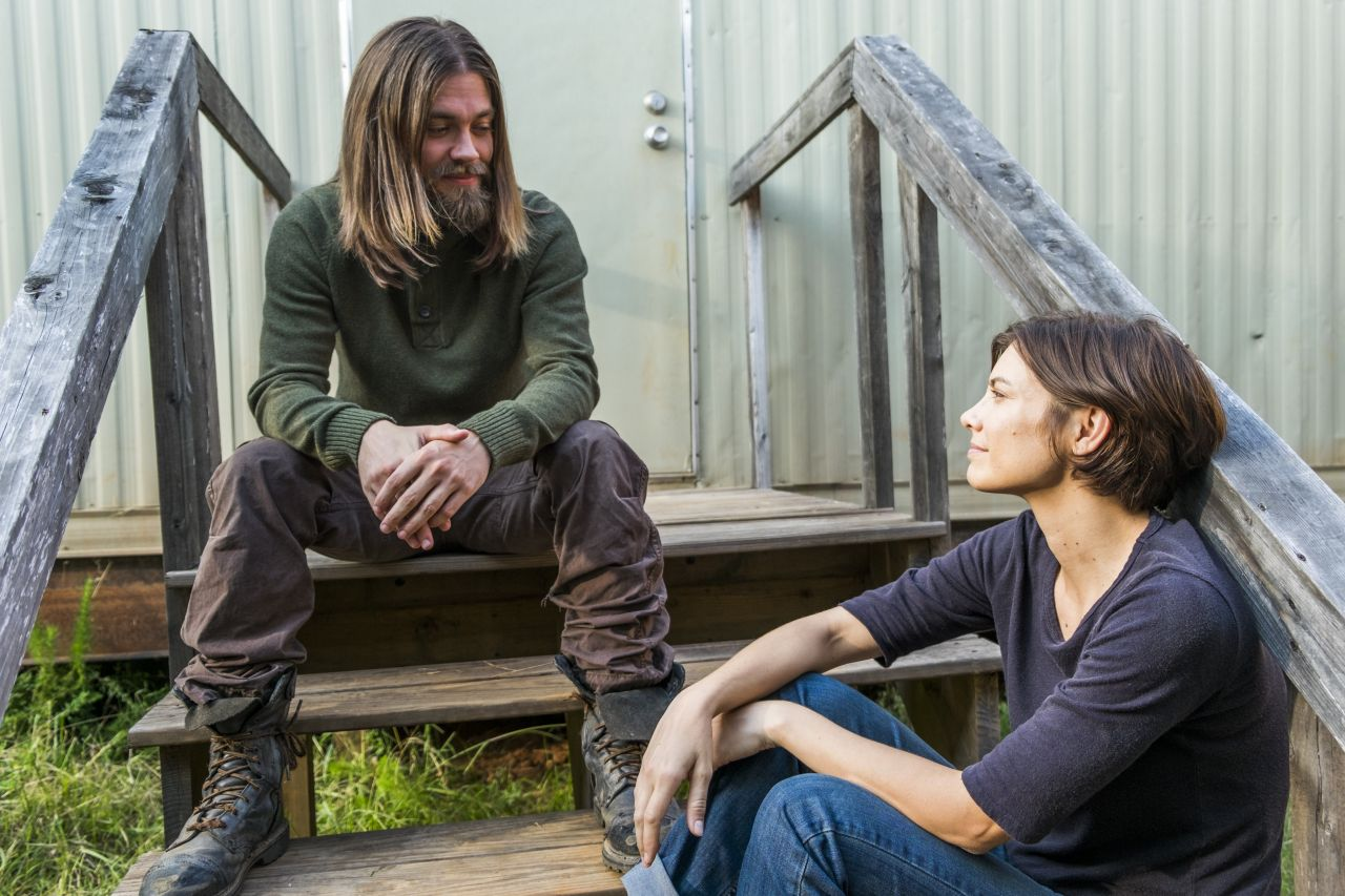 The Walking Dead: una foto di Tom Payne e Lauren Cohan in The Other Side