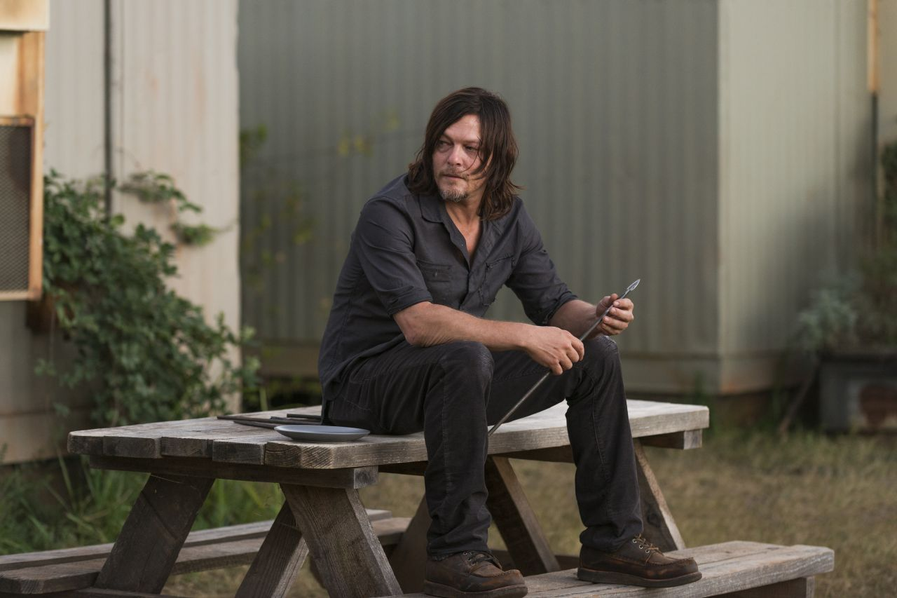 The Walking Dead: Norman Reedus interpreta Daryl in The Other Side