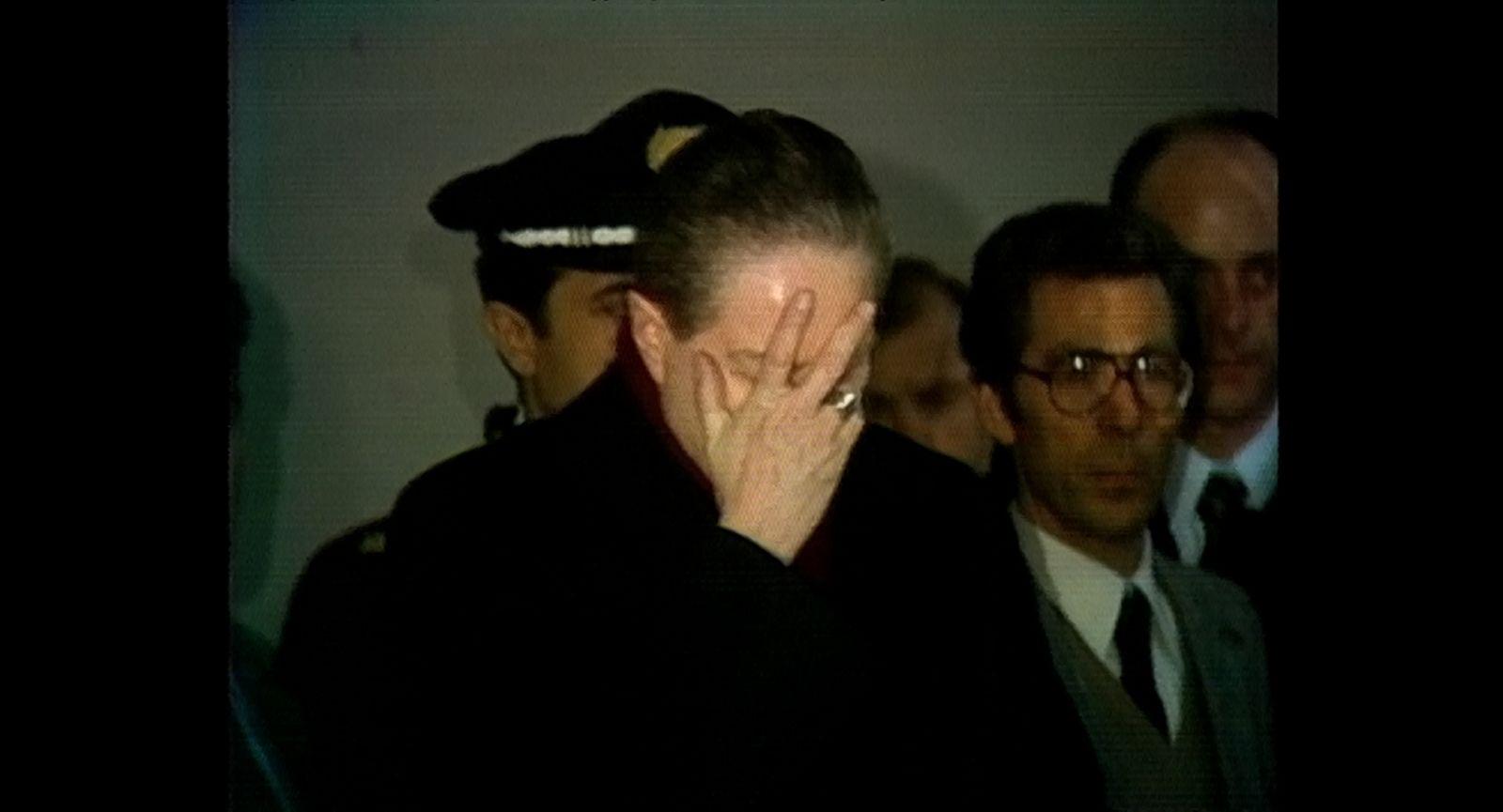 Vedete, sono uno di voi: Carlo Maria Martini in un'immagine di repertorio che lo ritrae sconvolto davanti al corpo del giudice Galli