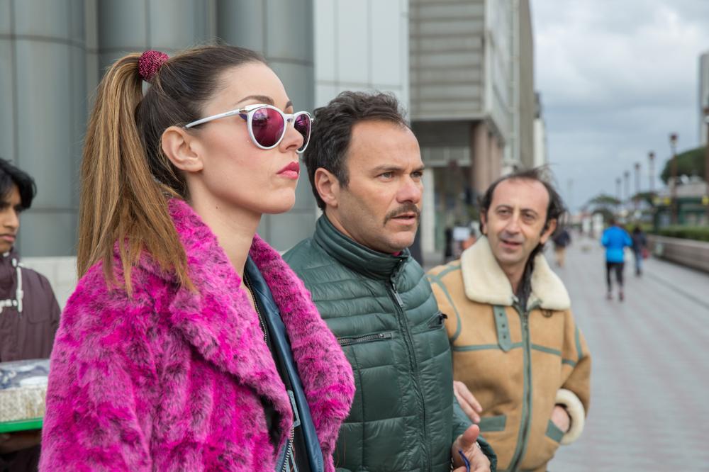 Vieni a vivere a Napoli: Miriam Candurro, Massimiliano Gallo e Giovanni Esposito in una scena del film