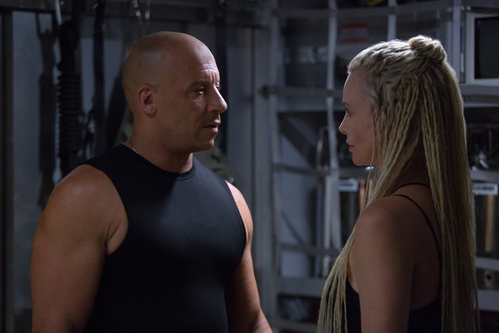 fast furious 8 vin diesel e charlize theron in una scena del film 448406. Black Bedroom Furniture Sets. Home Design Ideas