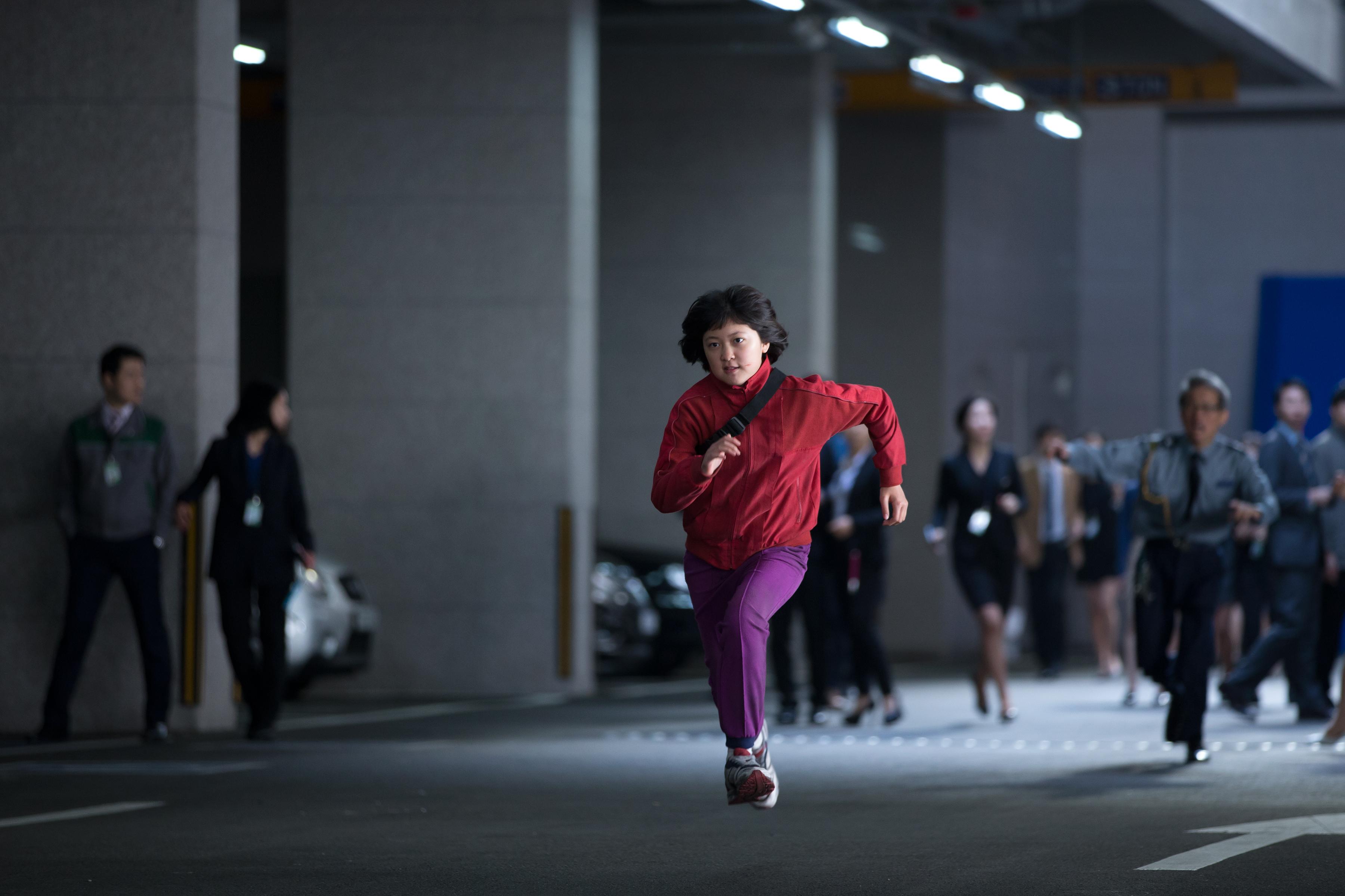 Okja: Ahn Seo-hyun corre tra la folla
