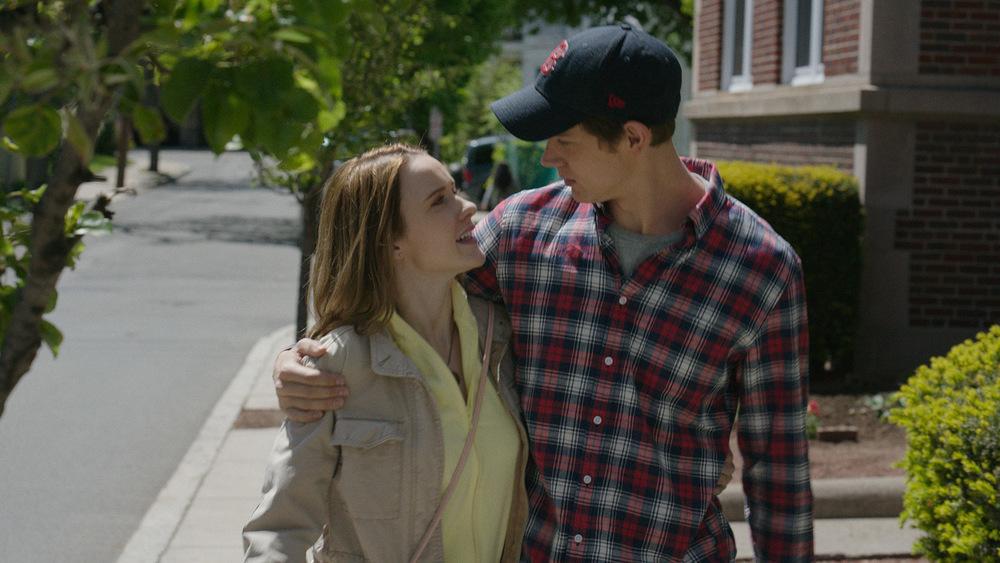 Boston - Caccia all'uomo: Rachel Brosnahan e Christopher O'Shea in una scena del film