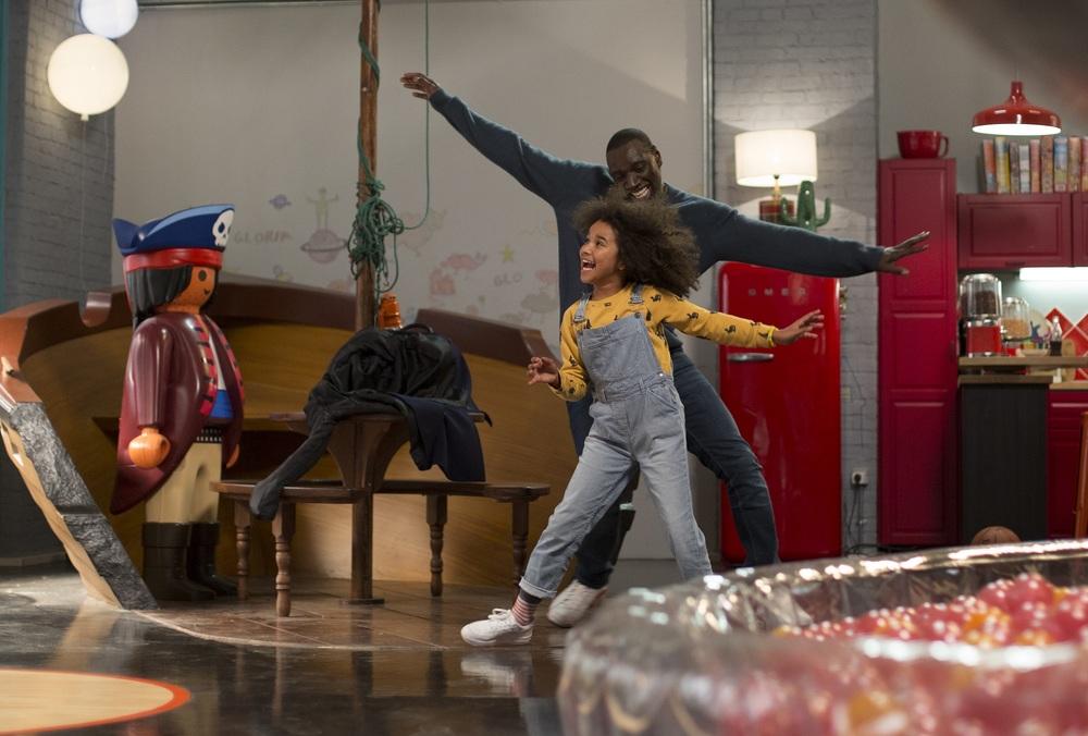 Famiglia all'improvviso - Istruzioni non incluse: Omar Sy e Gloria Colston ballano in una scena del film