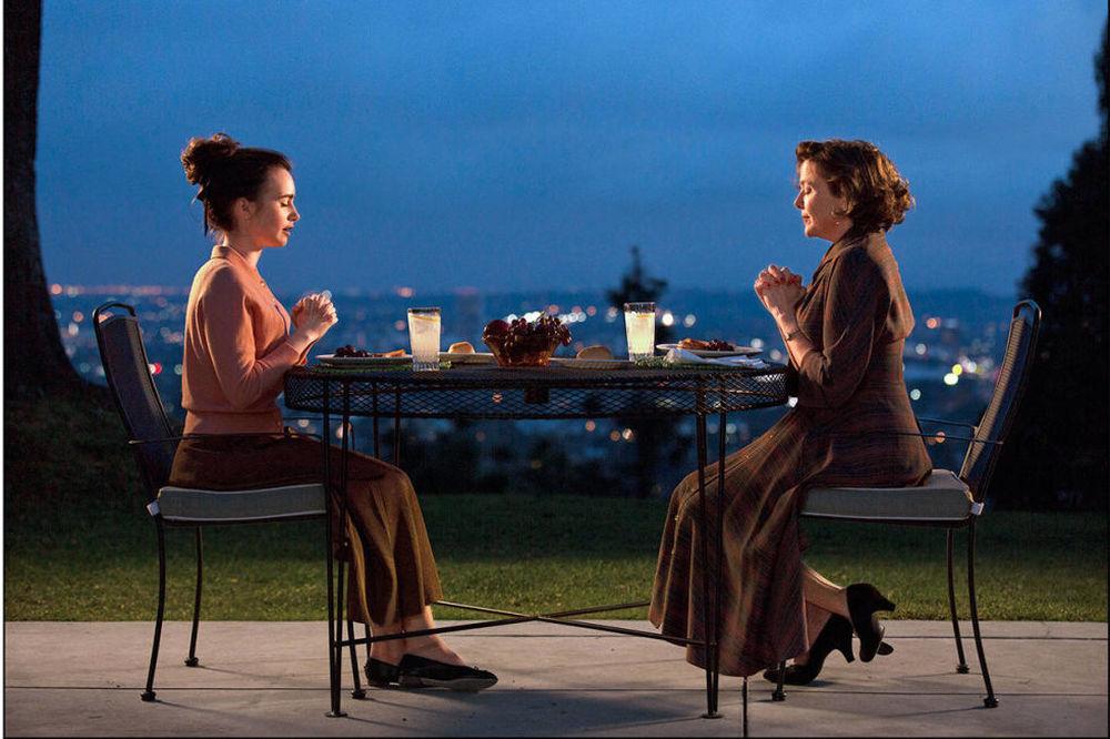 L'eccezione alla regola: Lily Collins e Annette Bening in una scena del film