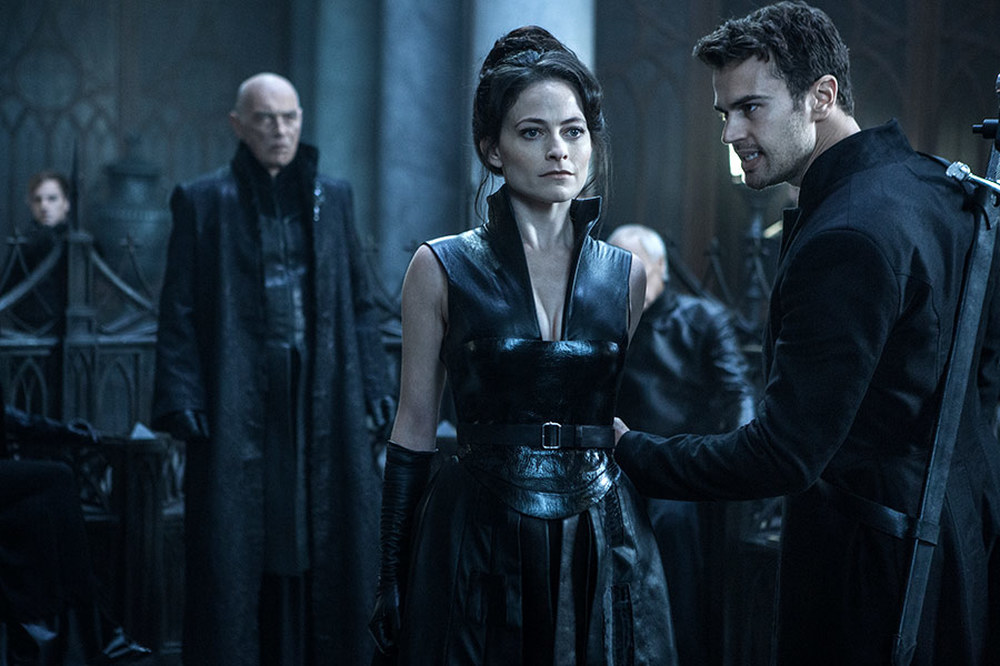 Underworld - Blood Wars: Lara Pulver e Theo James in una scena del