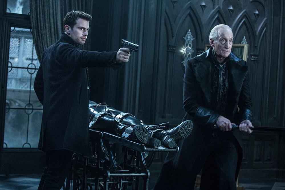 Underworld - Blood Wars: James Faulkner e Theo James in una scena del film