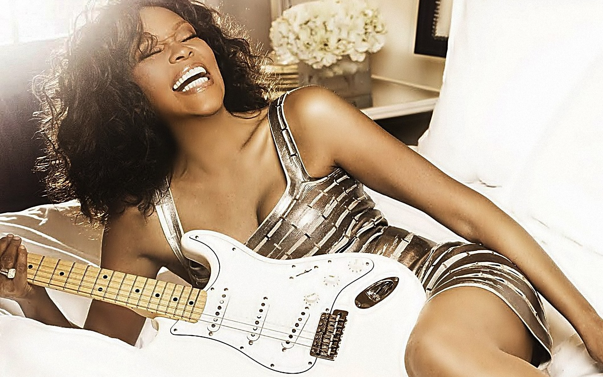 Whitney: un'immagine di una Whitney Houston sorridente