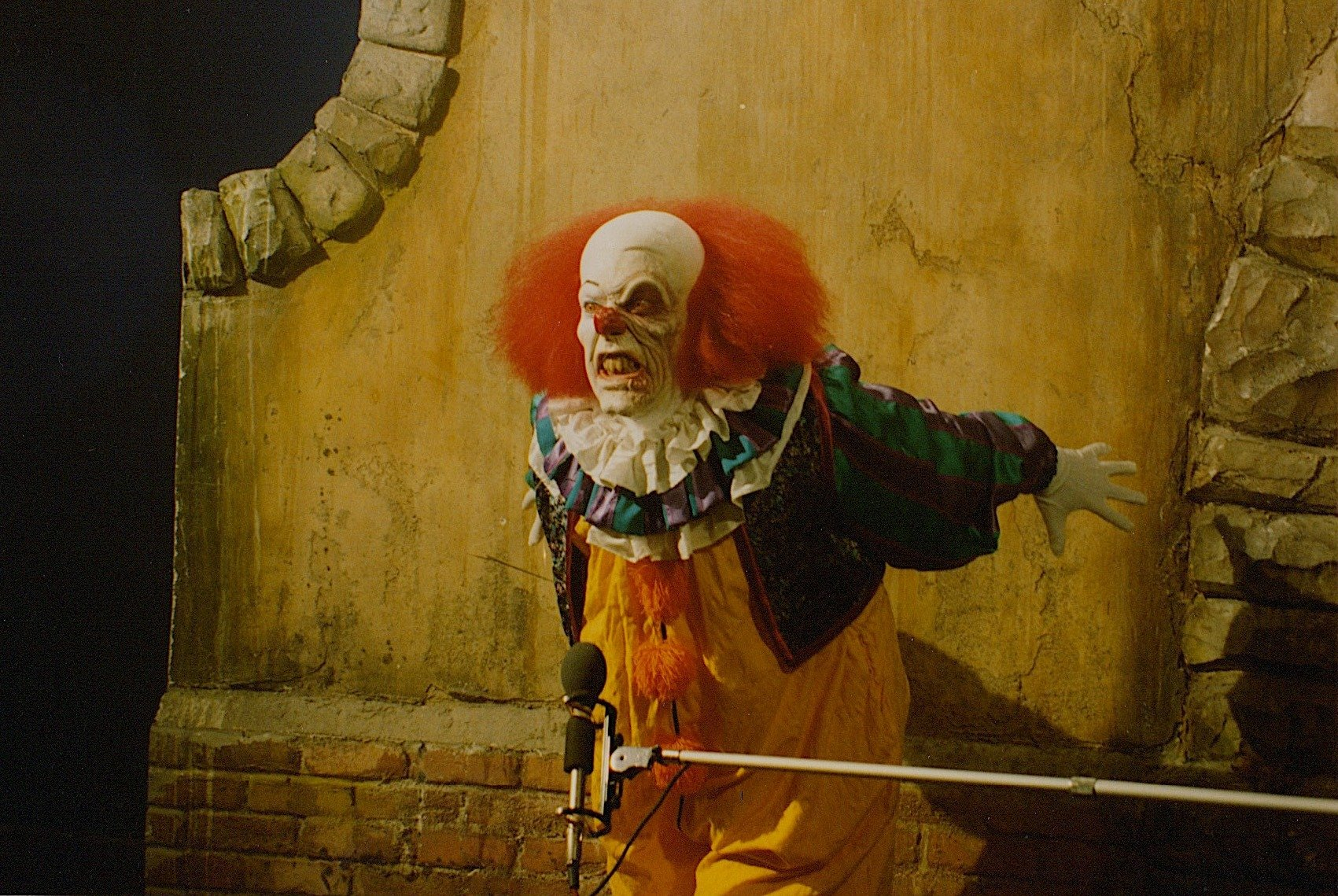 Tim Curry sul set di It