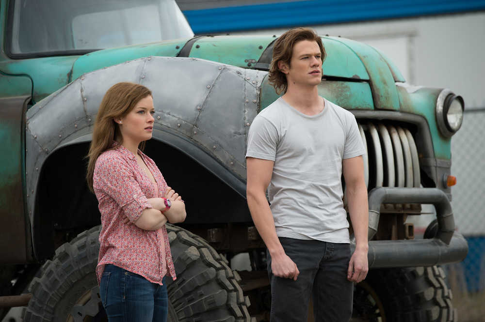 Monster Trucks: Lucas Till e Jane Levy in una scena del film