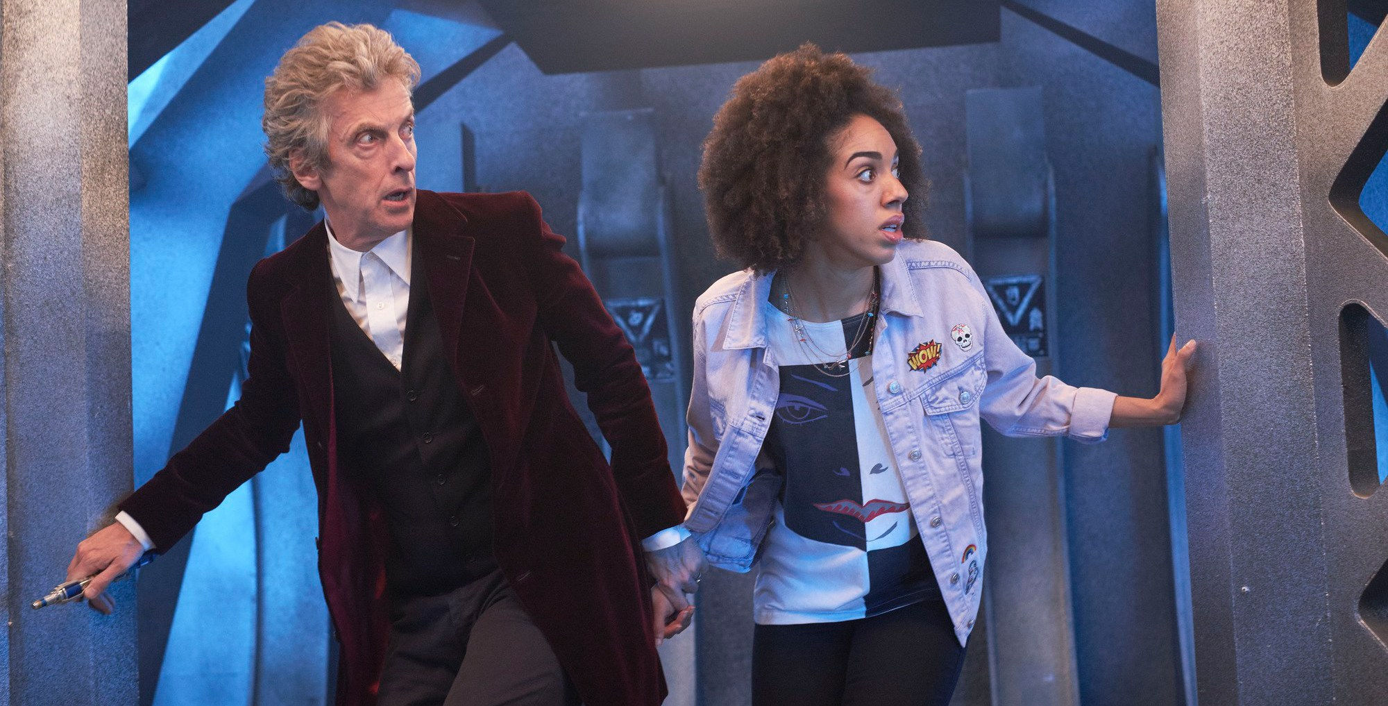Doctor Who: Il Dottore e la sua nuova companion in una scena dell'episodio The Pilot
