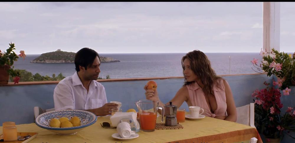 Il mondo di mezzo: Matteo Branciamore e Laura Forgia in una scena del film