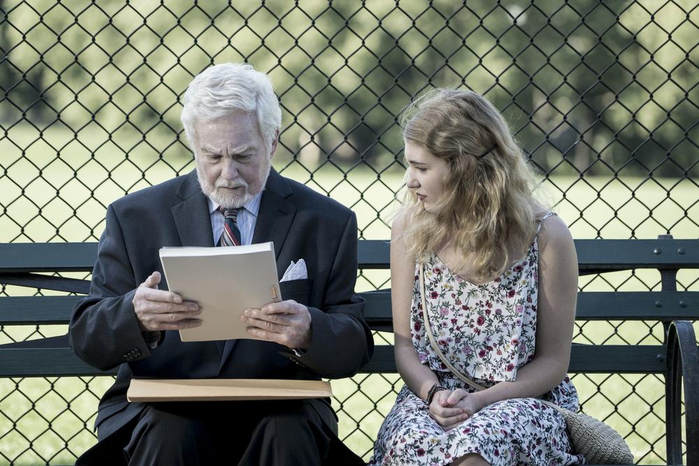 La storia dell'amore: Sophie Nélisse e Derek Jacobi in una scena del film