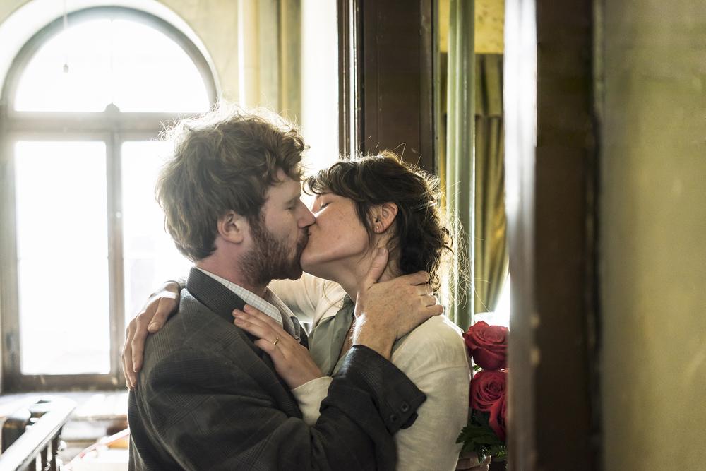 La storia dell'amore: Gemma Arterton e Mark Rendall si baciano in una scena del film
