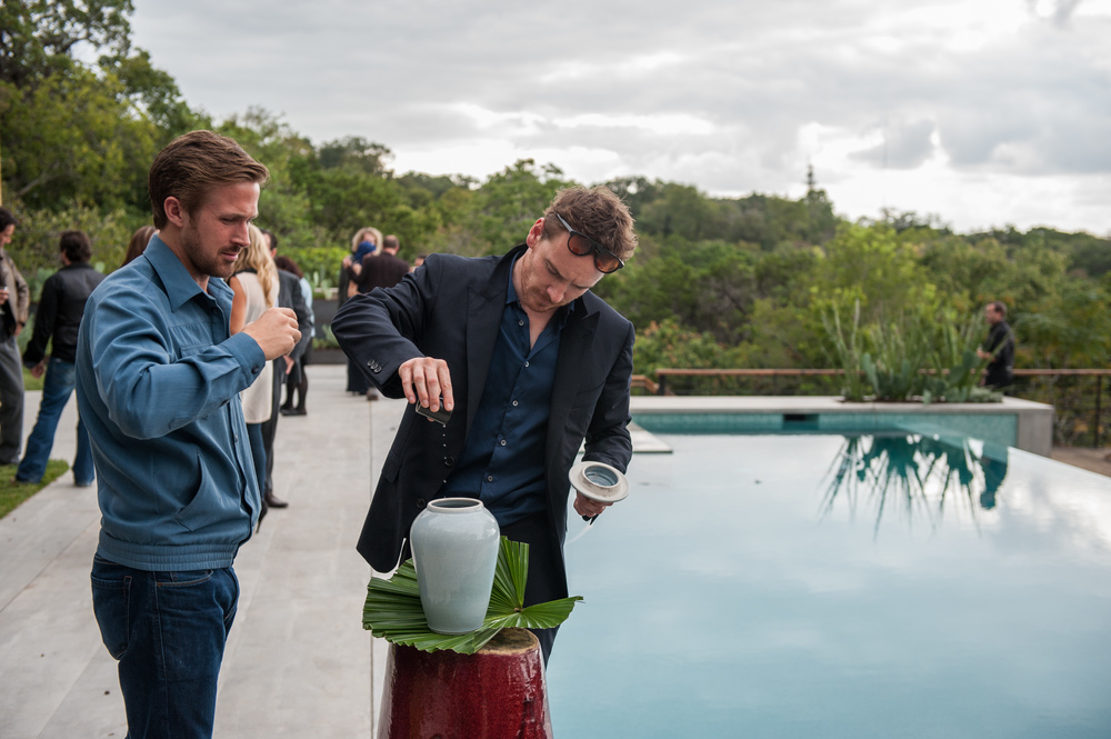 Song to Song: Ryan Gosling e Michael Fassbender in una scena del film