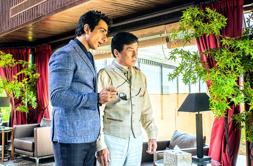 Kung Fu Yoga: Jackie Chan e Sonu Sood in una scena del film