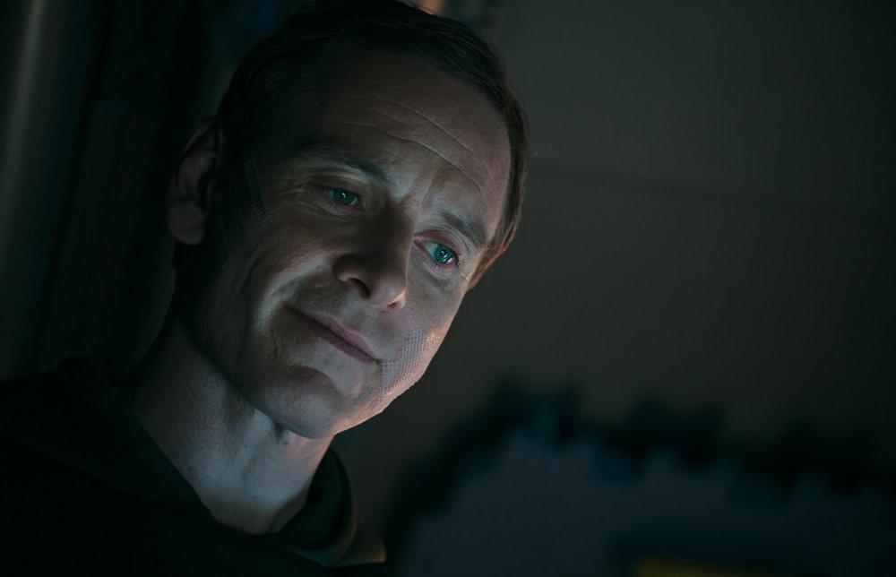 Alien: Covenant, Michael Fassbender in una scena del film