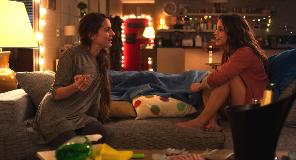 Qualcosa di troppo: Audrey Dana e Alice Belaïdi in un momento del film