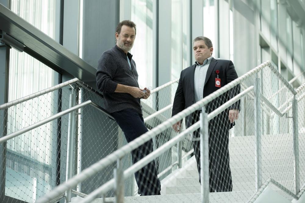 The Circle: Tom Hanks e Patton Oswalt in una scena del film
