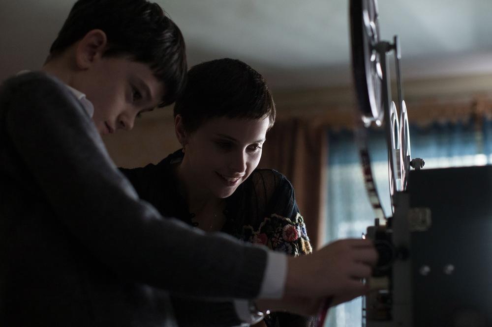 7 minuti dopo la mezzanotte: Lewis MacDougall e Felicity Jones in una scena del film