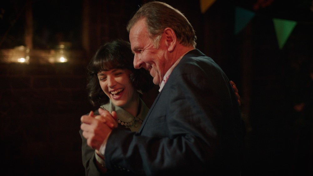 This Beautiful Fantastic: Jessica Brown Findlay e Tom Wilkinson in una scena del film