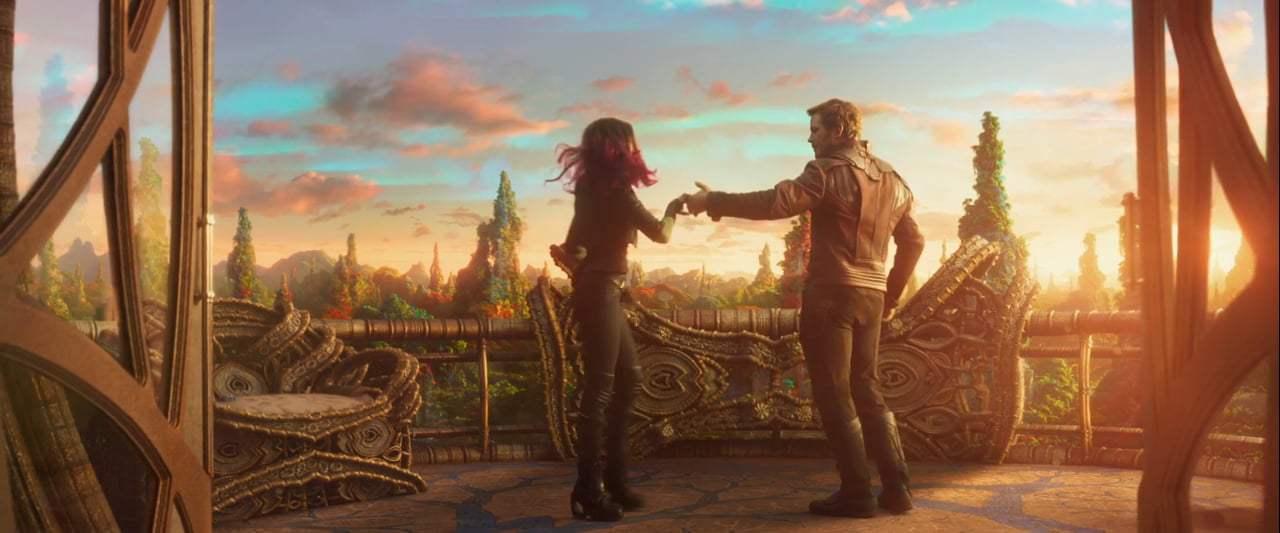 Guardiani della Galassia Vol. 2: Gamora e Peter ballano in una foto del film