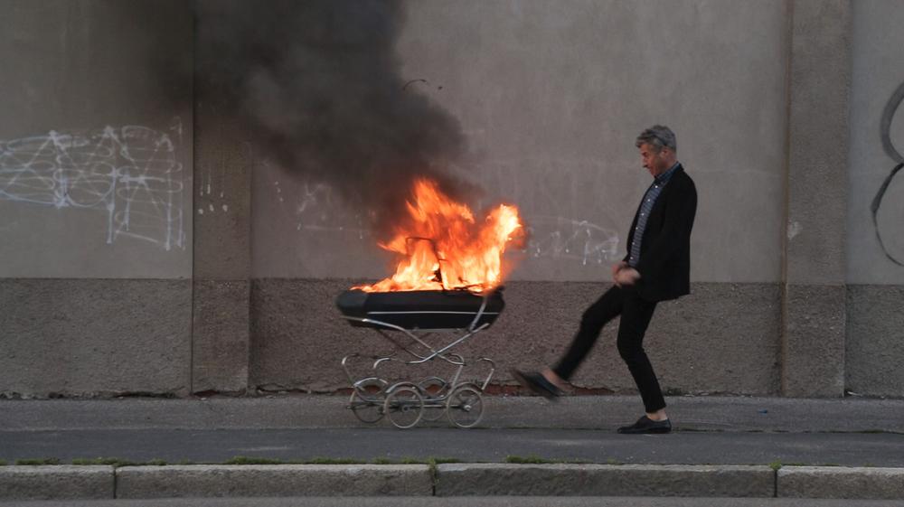 Maurizio Cattelan: Be Right Back, un momento del documentario