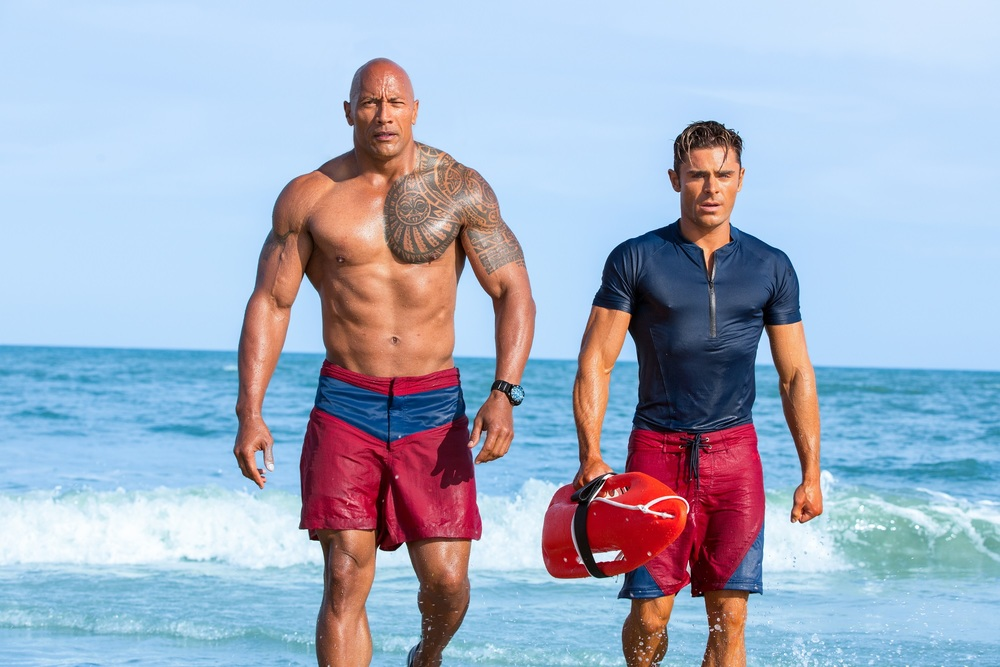 Baywatch: Dwayne Johnson e Zac Efron in una foto del film